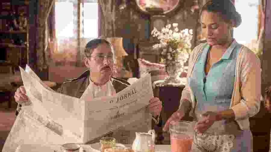 Geraldo (Alexandre Nero) e Lucélia (Jessica Ellen) em Filhos da Pátria - Cesar Alves/TV Globo
