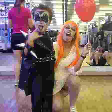 Heitor Labaki se fantasia de Gene Simmons, do Kiss, com a mãe, Aline Labaki - Aline Labaki/Acervo pessoal