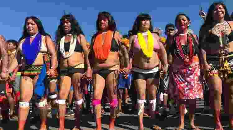 Mulheres indígenas marcham em direção ao Congresso Nacional durante o Acampamento Terra Livre em Brasília, em 26 de abril de 2019 - Karla Mendes/Mongabay. - Karla Mendes/Mongabay.