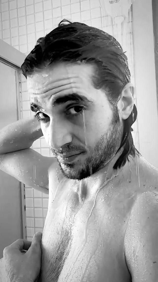 Fiuk interagiu com seguidores durante o banho
