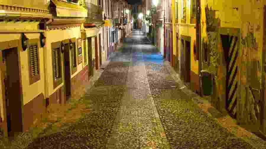 Rua de Santa Maria, em Funchal, onde antes da pandemia circulavam turistas à noite - Getty Images