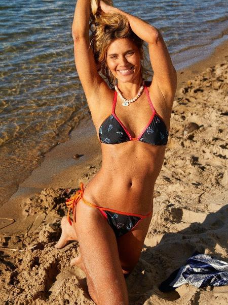 Carolina Dieckmann posou suja de areia na praia e comemorou vacina - Reprodução/Instagram
