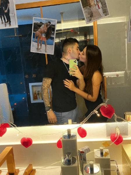 """Ao compartihar fotos da surpresa para Gabriela Versiani, fãs brincaram com """"falha"""" do cantor em pedir comida para jantar - Reprodução/Instagram/@kevinho"""