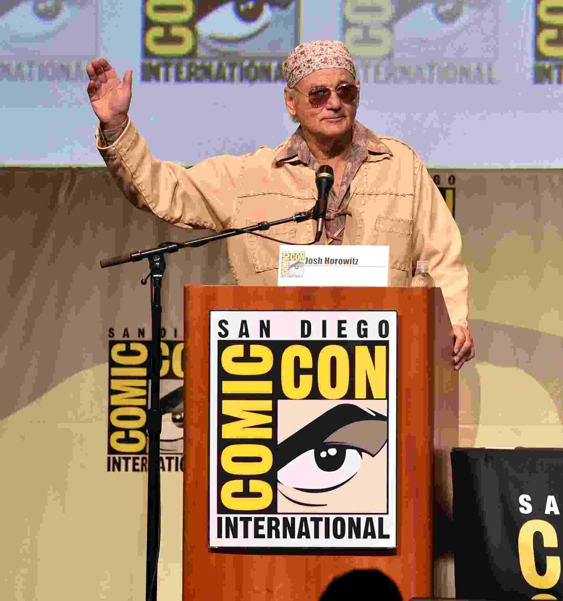 """9.jul.2105 - Com um figurino de rock star, o ator Bill Murray participa pela primeira vez da San Diego Comic-Con para promover a comédia """"Rock the Kasbah"""" - Kevin Winter/Getty Images/AFP"""