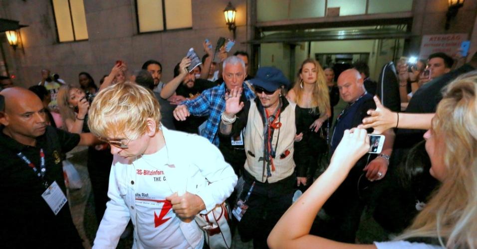 24.set.2015- Acompanhado da mulher, Amber Heard, Johnny Depp é cercado por fãs ao deixar hotel com destino ao Rock in Rio. O artista vai se apresentar com a banda Hollywood Vampires