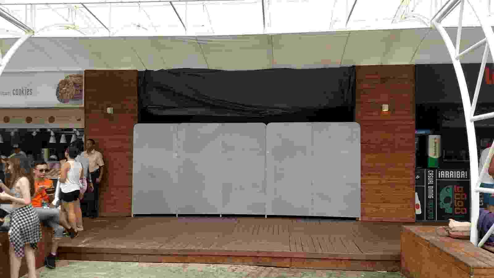 26.set.2015 - Após pequeno incêndio em estande de alimentação próximo ao palco Sunset, local é interditado. - Leonardo Rodrigues/UOL