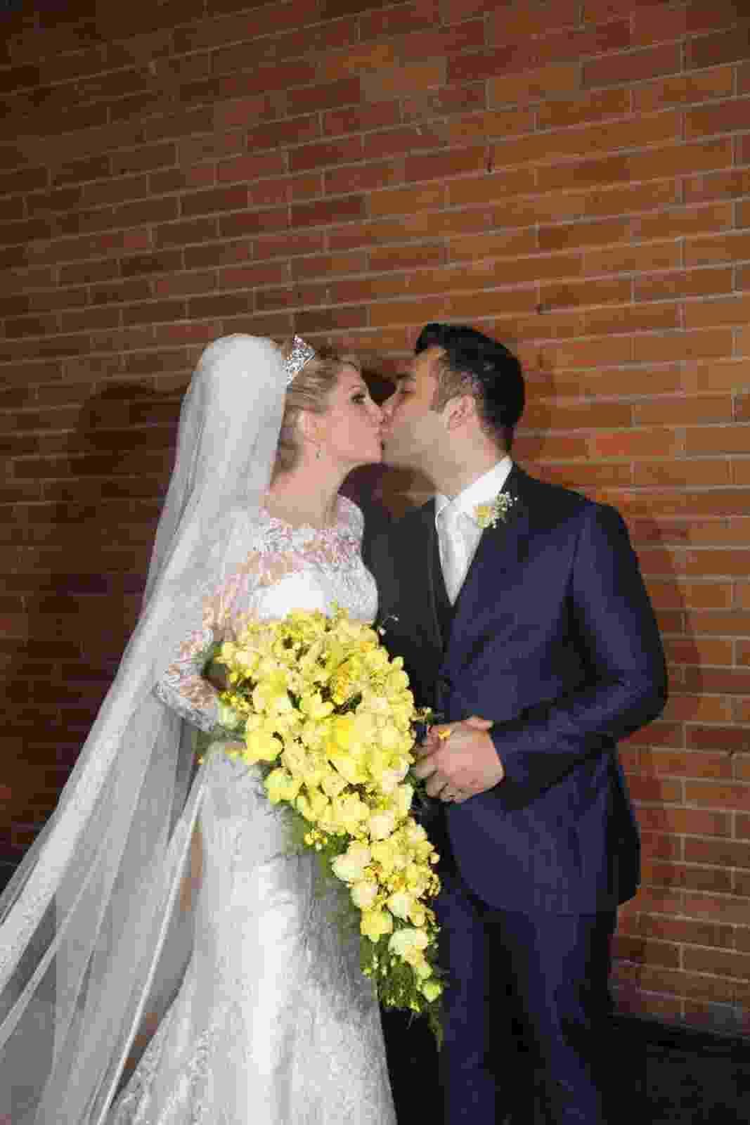 12.dez.2015 - Antônia Fontenelle e Jonathan Costa posam para fotos após fazerem os votos de casamento no Museu de Arte Moderna, no Rio de Janeiro - Rogerio Fidalgo e Anderson Borde/AgNews