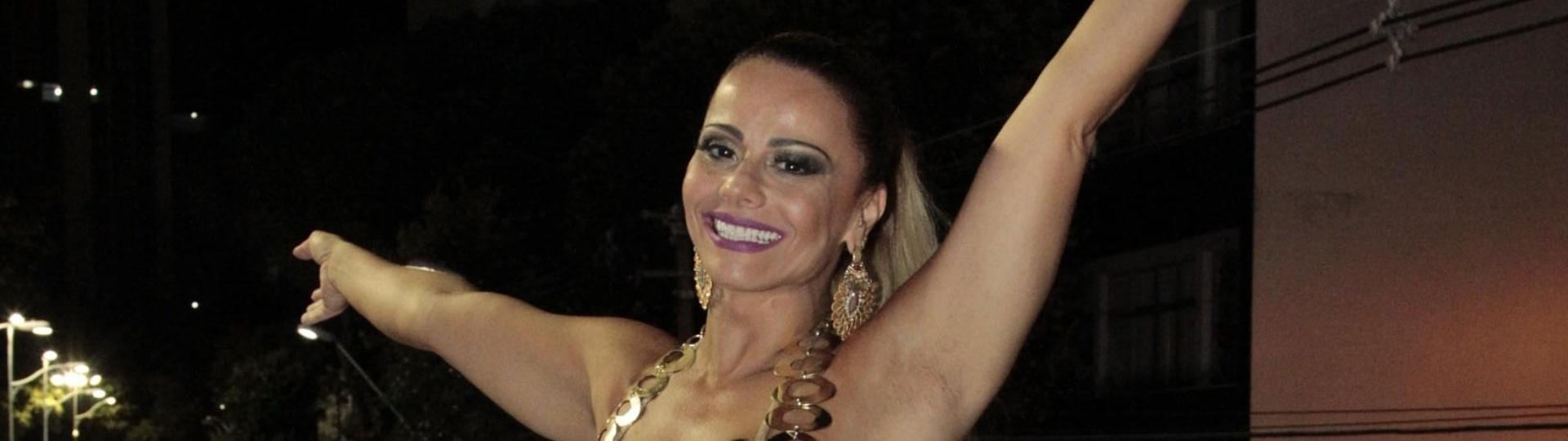 5.fev.2015 - Rainha de bateria do Salgueiro, Vivi Araújo curte o Carnaval de Salvador dois dias antes de desfilar na Sapucaí