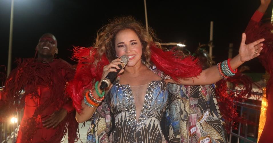 """5.fev.2015 - Vestida com """"Iansamba"""", divindade do samba, Daniela Mercury se apresenta no Carnaval de Salvador"""