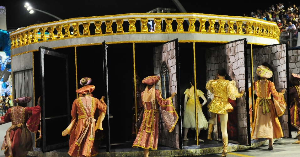6.fev.2016 - Carro abre-alas da Nenê de Vila Matilde trazia bailarinos e bailarinas