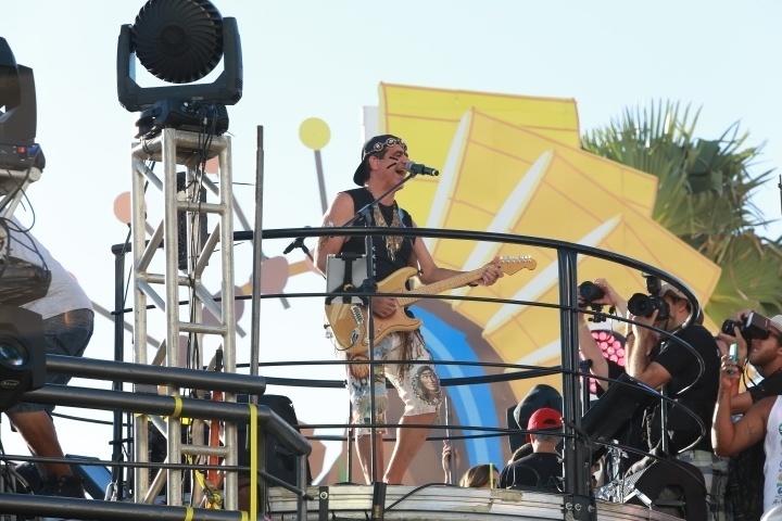 """6.fev.2016 - Durval Lelys chega no circuito Barra-Ondina e espalha romance no ar com hits do axé, como """"Ver o que Restou"""" e """"Ficar com Você"""""""