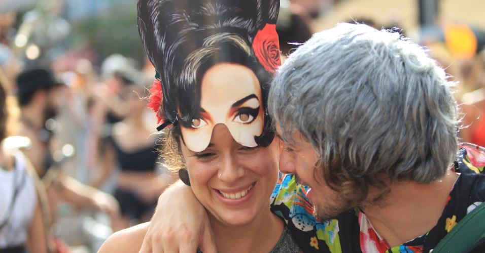 6.fev.2016 - Foliona veste máscara de Amy Winehouse no Bloco Bastardo em Pinheiros, na zona oeste de São Paulo