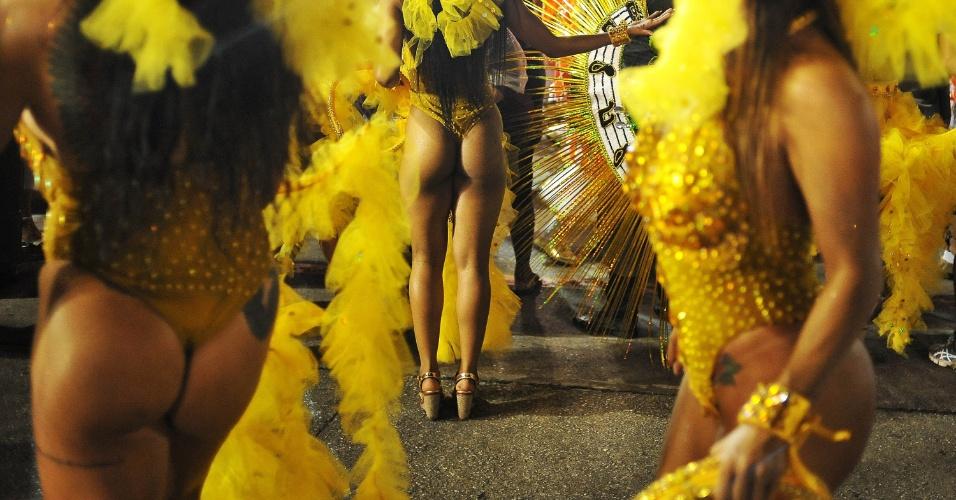 7.fev.2016 - Musas na dispersão da Unidos do Peruche, primeira escola a entrar na avenida no segundo dia de Carnaval de SP