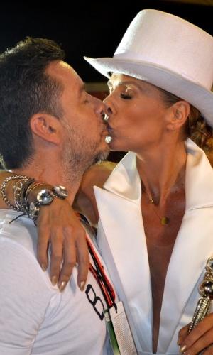 9.fev.2016 - Adriane Galisteu ganha beijo do marido, Alexandre Iódice, antes de desfilar pela Portela, na 2ª noite da Sapucaí