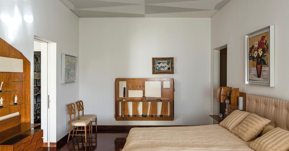 Nos dormitórios da Villa Planchart, na Venezuela, os móveis foram planejados pelo arquiteto italiano Gio Ponti, que também assina a a arquitetura. Em madeira, as prateleiras, cabeceiras e estantes têm recortes geométricos e dialogam com o trabalho triangular, cinza, no forro