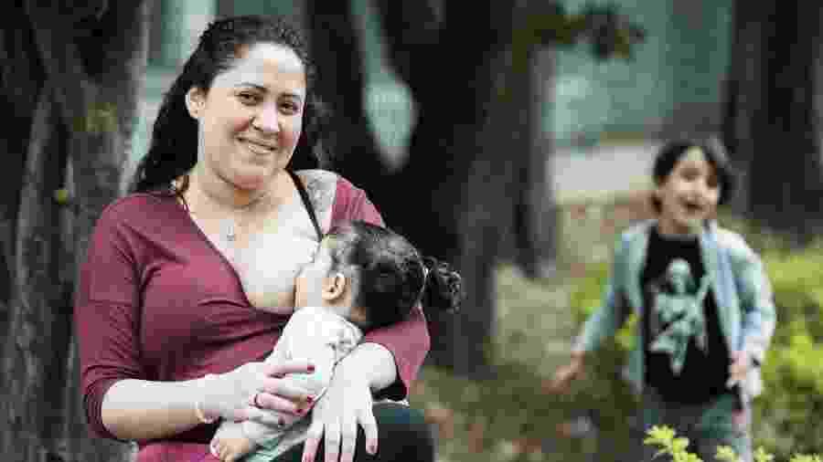 Grávida de 40 semanas, Juliana amamentou o filho, Rafael, até quase os seis anos e ainda amamenta a filha, Tarsila - Roberto Setton/UOL