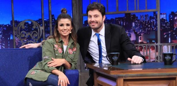 """Paula Fernandes exibe coque no programa """"The Noite"""" com Danilo Gentili - Leonardo Nones/SBT/Divulgação"""