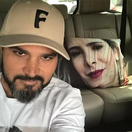 Luciano Camarto mostra a almofada estampada com o rosto da mulher, Flávia - Reprodução/Instagram
