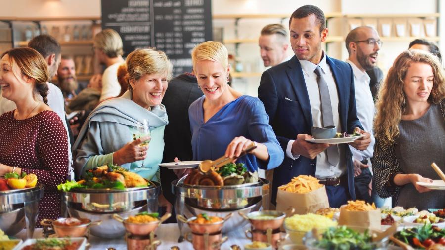 Nos restaurantes, é preciso cuidado para manter a linha. Carnes magras, legumes, verduras e sopas são opções leves - Getty Images