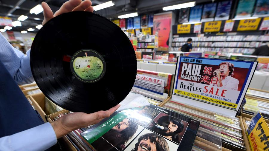 """Prensagem japonesa de """"Let it Be"""", dos Beatles, em uma loja em Tóquio; Japão vendeu 800 mil LP""""s apenas em 2017 - AFP PHOTO / Toshifumi KITAMURA"""
