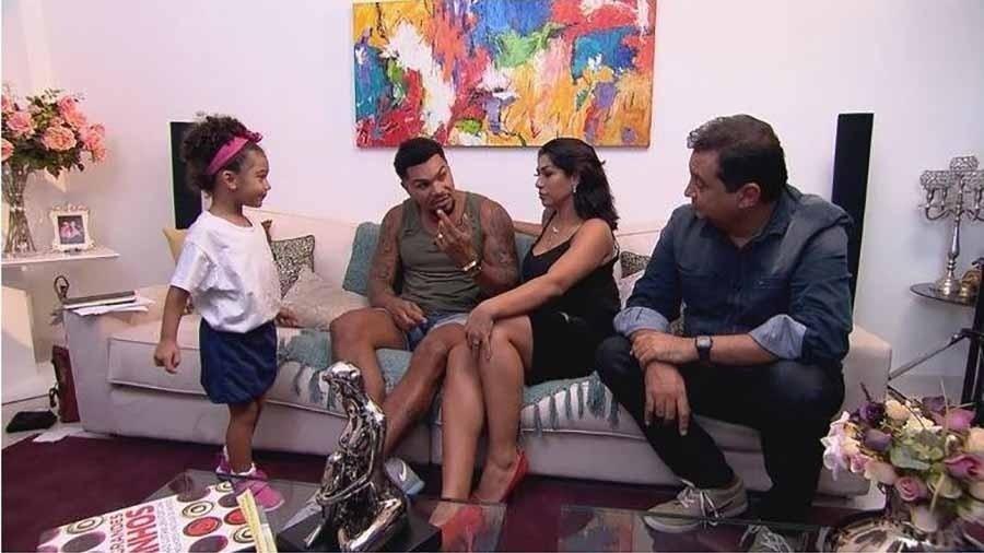 """Naldo, Moranguinho e a filha Vitória durante entrevista ao """"Domingo Show"""", de Geraldo Luis - Record"""