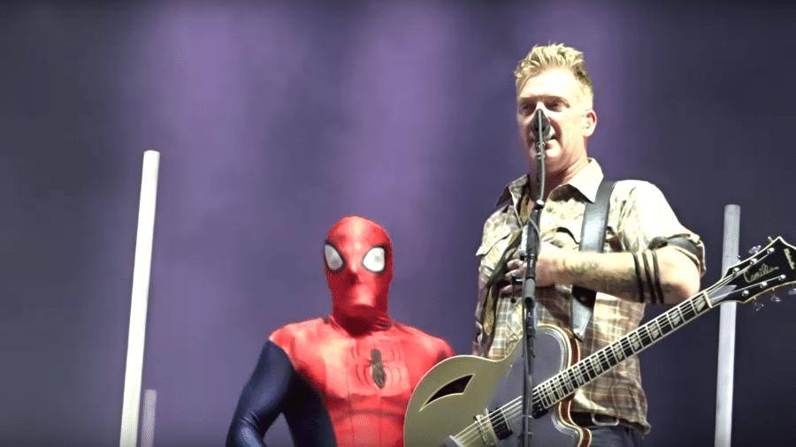 Josh Homme, do Qotsa, e fã vestido de Homem-Aranha - Reprodução