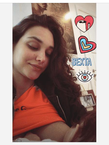 Débora Nascimento dando de mamar à filha - Reprodução/Instagram