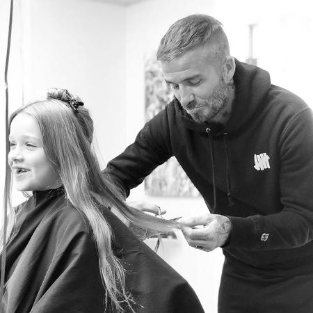 David Beckham corta o cabelo da filha, Harper - Reprodução/Instagram