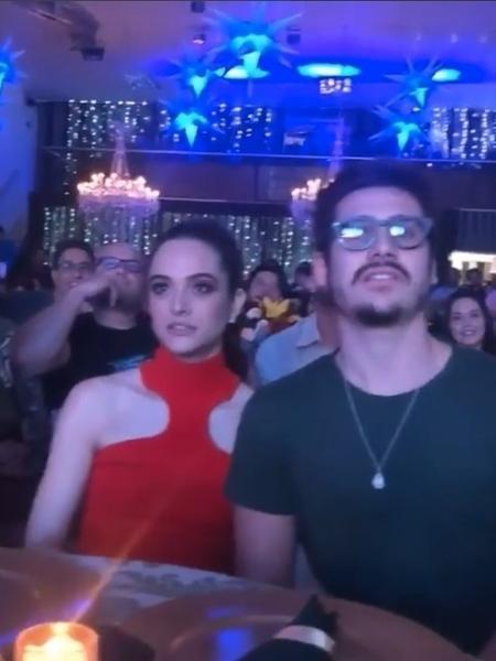 """Nicolas Prattes e Juliana Paiva assistem juntos primeiro capítulo de """"O Tempo Não Para"""" - Reprodução/Instagram"""