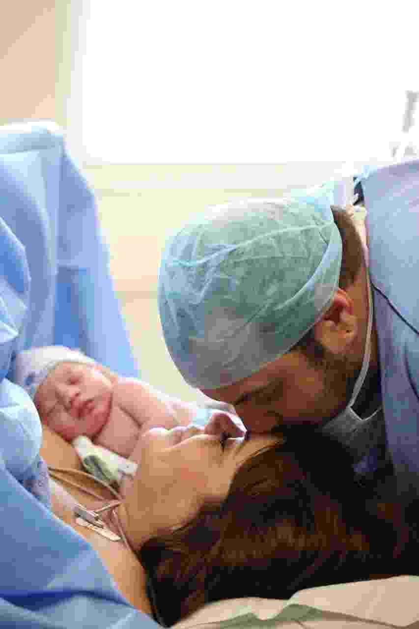 Valentina Francavilla, assistente de Ratinho no SBT, dá à luz Giuseppe e ganha beijo do marido, Celso Bernardes - Kátia Rodrigues