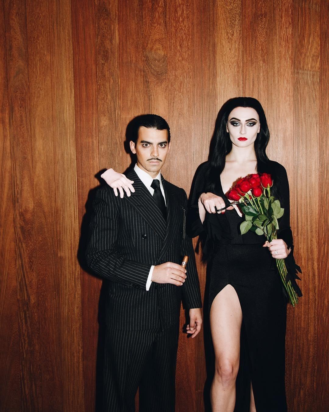 d5ee4f3cd60fa2 Sophie Turner e Joe Jonas se fantasiam de Família Addams para o ...