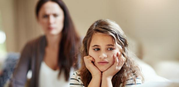 A neuropsicóloga Carla Salcedo explica que, nesses relacionamentos abusivos, a mãe acaba depositando em um dos filhos toda a frustração e as cargas negativas acumuladas durante a vida