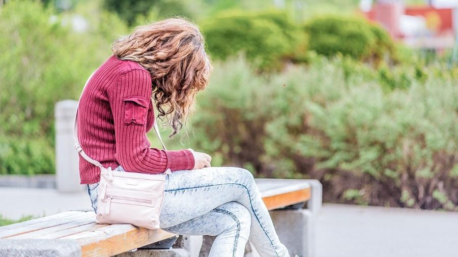 Ficar muito tempo olhando para baixo, focando a tela do celular, sobrecarrega a cervical e pode afetar toda a coluna - iStock