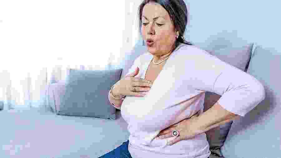 Muitas vezes, o infarto na mulher não se manifesta como um desconforto no peito e, sim, dor nas costas, na boca do estômago e náuseas - iStock