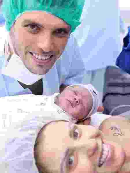 Tiago Volpi com a esposa e o bebê - Reprodução/Instagram