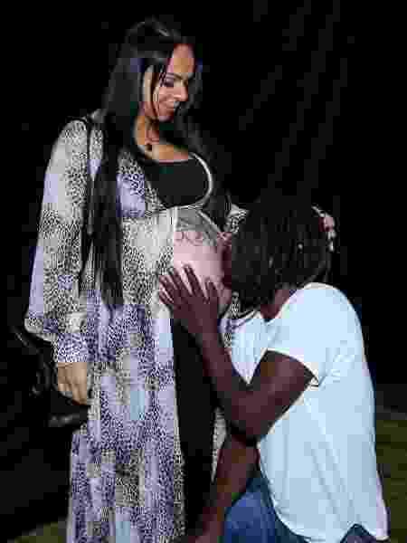 Jonathan Azevedo posa com mãe de seu filho - Roberto Filho/Brazil News