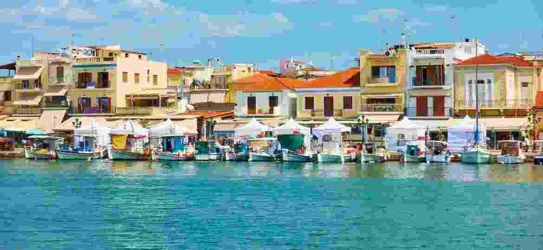 Porto e casinhas coloridas na cidade de Egina - Getty Images