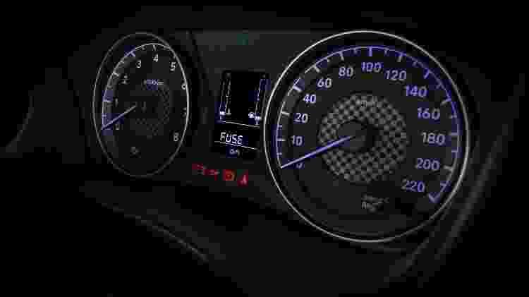 Painel troca velocímetro digital por analógico e mantém computador de bordo e conta-giros quadriculado - Divulgação