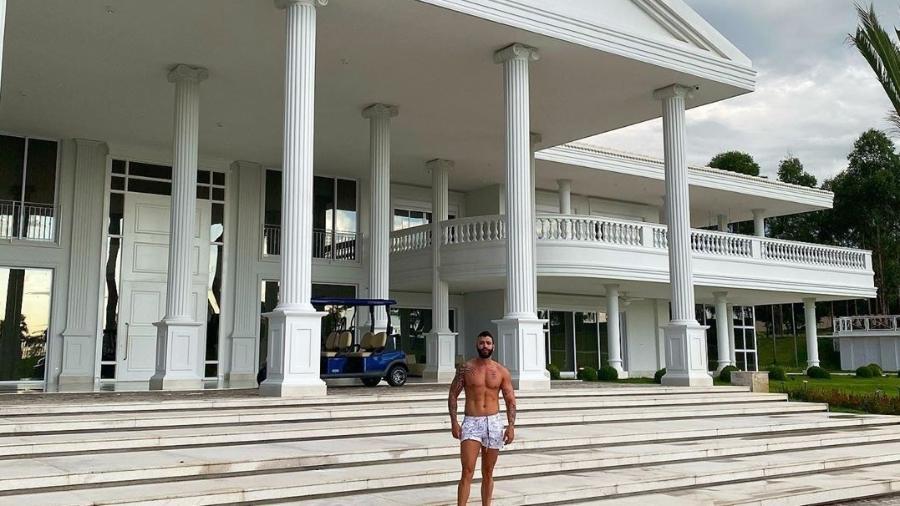 Gusttavo Lima em foto diante da fachada de sua fazenda, no interior de Goiás - Reprodução/Instagram
