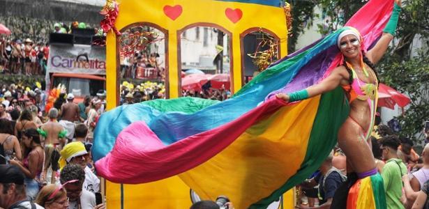 Pernas de pau e alegria | Quem é a pernalta que coloriu vários blocos no Rio