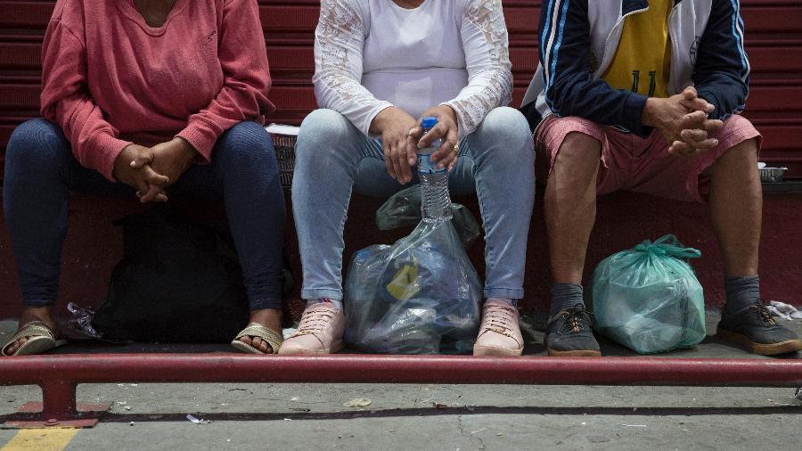 População espera doações de quentinhas na avenida Cruzeiro do Sul, em São Paulo - Gabriela Cais Burdmann/UOL