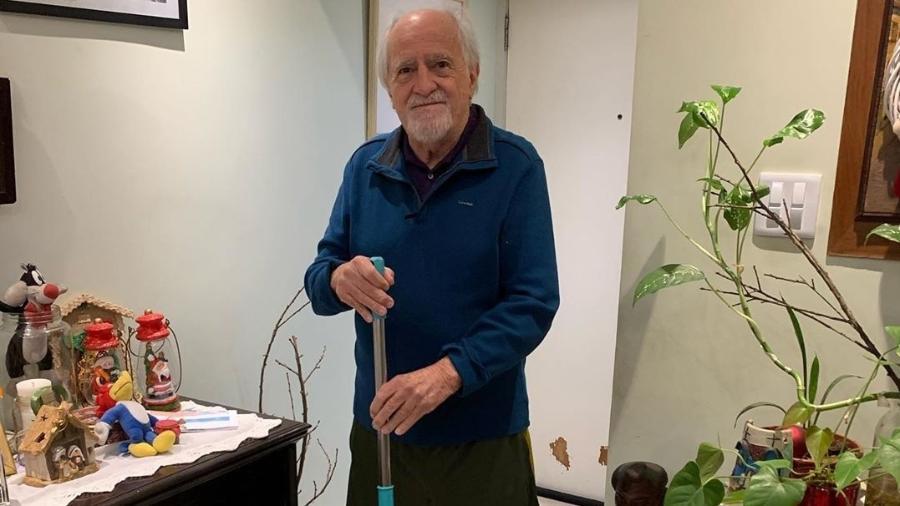 Ary Fontoura limpando a casa durante quarentena - Reprodução/Instagram