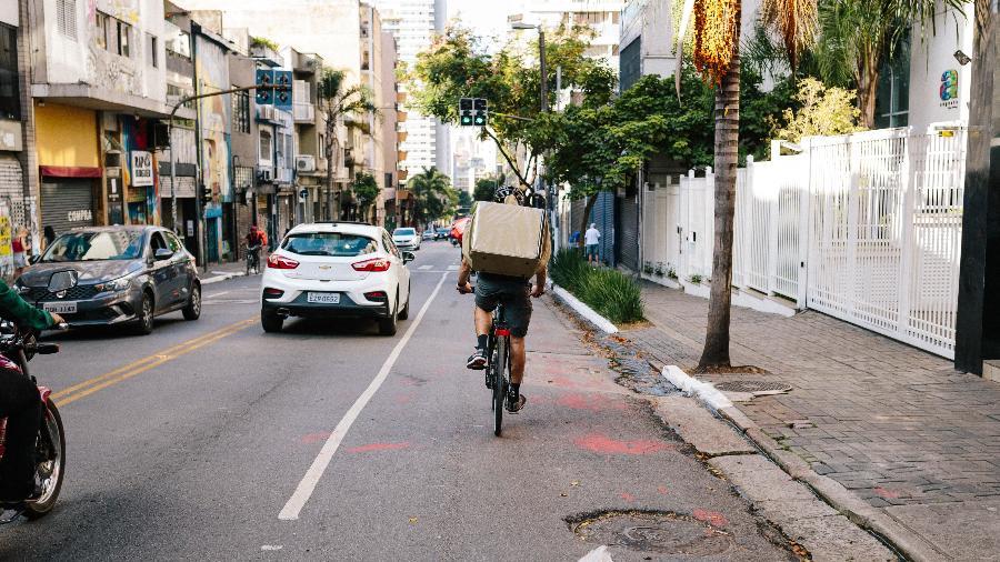 Ciclista ocupa a faixa da direita em uma via da cidade de São Paulo - Renan Bossi/Strava