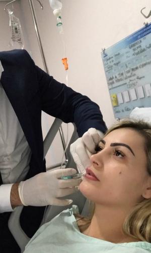 Andressa Urach aparece fazendo procedimento estético no rosto