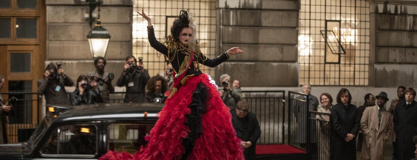"""""""Cruella"""" mostra origem da vilã de """"101 Dálmatas"""" como uma aspirante a estilista. E a moda faz parte da história, assim como sempre fez - Divulgação"""