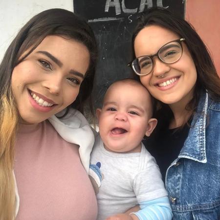 Luanna (esq) e Yasmin são mães de Oliver, de 9 meses - Reprodução/Instagram @yah_caps