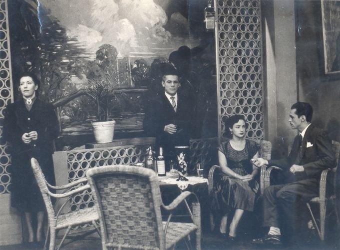 """Lia de Aguiar, Dionízio Azevedo e Néa Simões em cena da primeira novela brasileira, """"Sua Vida me Pertence"""" (1951). Produzida pela TV Tupi, a trama era exibida apenas duas vezes por semana e teve só 25 capítulos"""