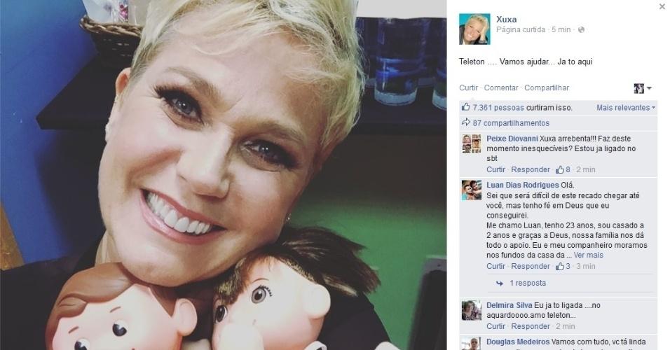 23.out.2015 - Xuxa posa com os mascotes do Teleton no SBT