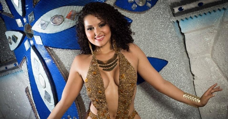 Com decotes ousados e beleza exótica, Thaina Souza, rainha da bateria da Acadêmicos do Tatuapé, fez ensaio exclusivo no barracão