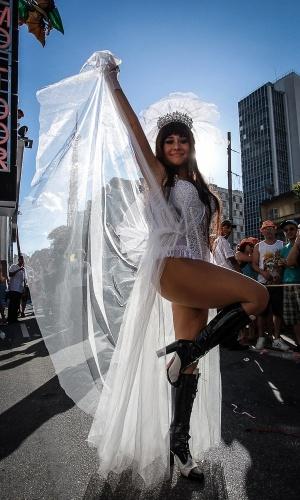 31.jan.2016 - Alessandra Negrini, a rainha da bateria do bloco Acadêmicos do Baixo Augusta, desfila com um vestido de noiva, protestando o posicionamento dos governos sobre o casamento homoafetivo.